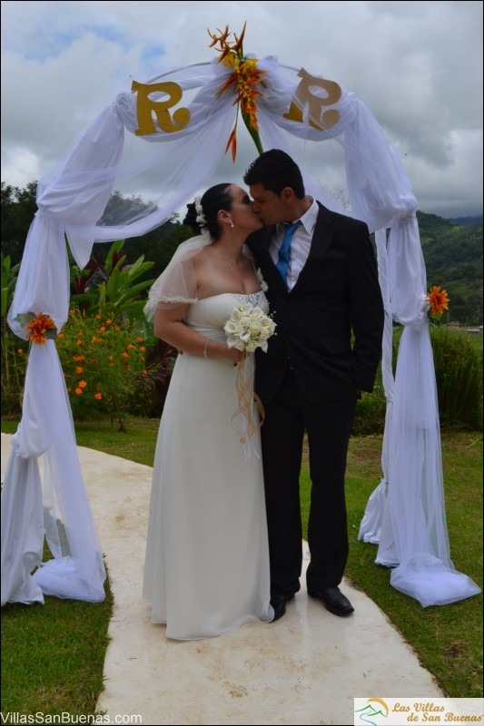 Costa Rica weddings kiss